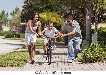 pojke, familj, &, amerikan, cykel, föräldrar, afrikansk, ridande, lycklig