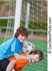 pojke, ge sig, på ryggen ritt, till, vän, in, fotboll gärde