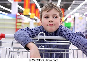 pojke, in, butik, med, kärra
