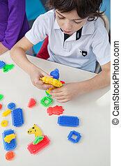 pojke, leka, med, kvarter, på skrivbordet, in, kindergarten