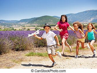 pojke, leksak, efter, flickor, tre, plan, holdingen, brådska