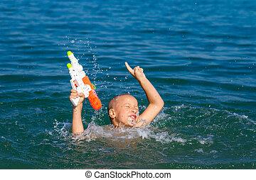pojke, litet, begrepp, gevär, vatten, hav, simning, barndom, lycklig