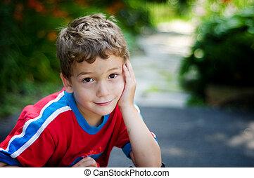 pojke, litet, brun, stora ögon, se, blyg kamera, le, förtjusande