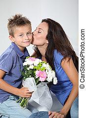 pojke, litet, hans, mor, ge sig, mamma, blomningen, dag