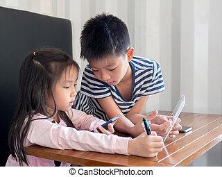 pojke, litet, nätt, ringa, mobil, lek, asien, se, deras, något, ringa, flicka, stilig