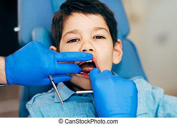 pojke, litet, reguljär, tand check-up