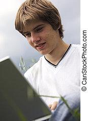 pojke, med, anteckningsbok, på, den, fält