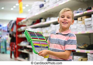 pojke, med, färga, blyertspenna, in, butik