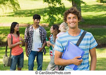 pojke, med, högskola, vänner, in, bakgrund, hos, campus