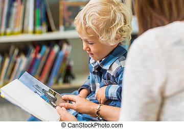 pojke, med, lärare, betrakta bok, in, bibliotek