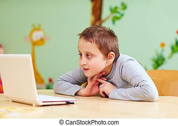 pojke, nödvändigtvis, hålla ögonen på, laptop, ung, video, genom, speciell
