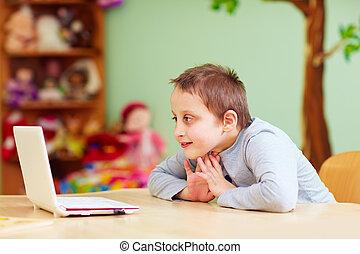 pojke, nödvändigtvis, hålla ögonen på, media, laptop, ung, genom, speciell