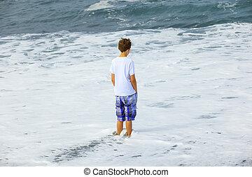 pojke, ocean vinkar, hålla ögonen på