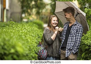 pojke och flicka, havande kul, i parken