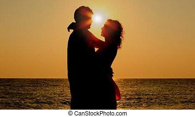 pojke och flicka, kram, stående, på, strand, då, lämna,...