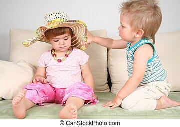 pojke och flicka, på, soffa, in, halmhatt, med, pärlhalsband