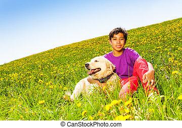 pojke sitta, sommar, hund, krama, grönt gräs