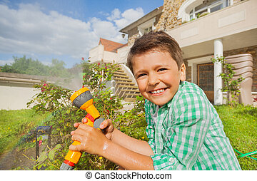 pojke, sprinkler, vattning, hand, trädgård, lycklig