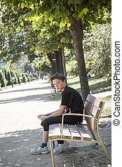 pojke, tonårig, bänk, parkera, sittande