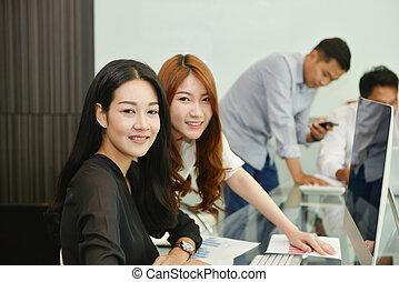 pokój, handlowy, asian, uśmiechanie się, spotkanie, kobiety