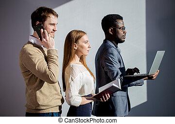 pokój, handlowy zaludniają, laptop, notatnik, razem, telefon, spotkanie