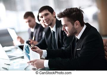 pokój, handlowy zaludniają, praca, papier deska, uśmiechanie się