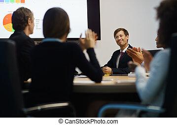 pokój, handlowy zaludniają, prezentacja, oklaskując, dyrektor, spotkanie
