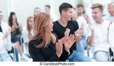 pokój, kobieta, młody, zamknięcie, uśmiechanie się, do góry., posiedzenie, konferencja, oklaskując