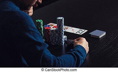 poker, cauto, giovane, su, dall'aspetto, giocatore, suo, cartelle, chiudere, gioco, uomo