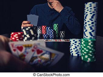 poker, cauto, patatine fritte, scommettere, uomini, due, su, dall'aspetto, lettori, casinò, chiudere, tavola., gioco, schede.