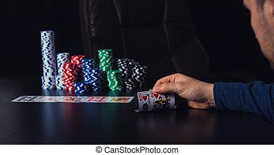 poker, cauto, scommettere, casinò, giovane, su, dall'aspetto, giocatore, suo, chiudere, tavola, uomo, patatine fritte, gioco, schede.