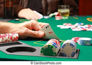 poker, vérification, jeu, cartes, pendant, homme