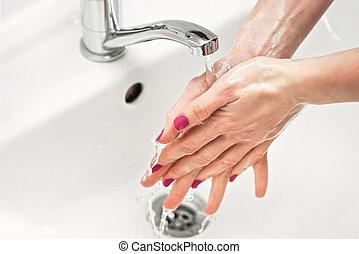 pokryty, szczegół, zapobieganie, pojęcie, faucet., woda, skin., mydliny, jej, pod, siła robocza, higiena, covid-19, -, osobisty, myć, kobieta, wybuch, kurek, coronavirus, młody