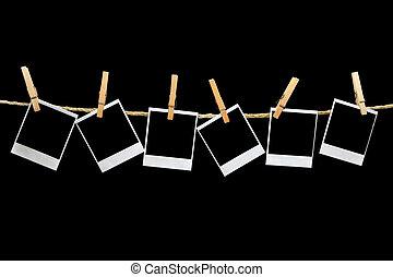 polaroids, hangend, zwarte achtergrond