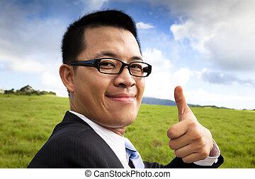 polegar cima, jovem, confiante, homem negócios, sorrindo