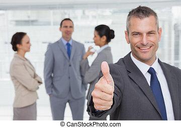 polegar, mostrando, cima, alegre, gerente, fundo, empregados