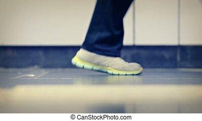 poli, plancher, beaucoup, ciment, pieds, dépassement, peoples'