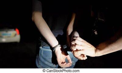 police, met, voiture, menottes, arrêté, pattes, officier, nuit, lui, homme