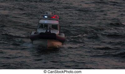 policja, łódka, zmierzch