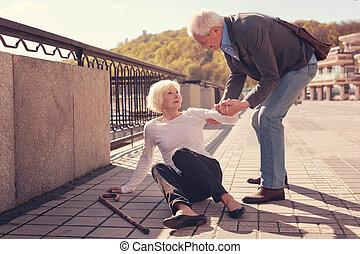 polido, homem idoso, ajudando, um, mulher, receber, cima
