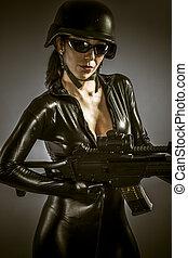 polis kvinna, beväpnat, med, stor, gevär, latex, dräkt