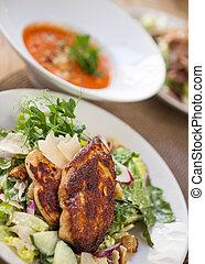 pollo arrostito, insalata, in, piastra, con, piatto, pietanza, in, fondo