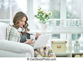 poltrona, laptop, mulher, usando, sentando