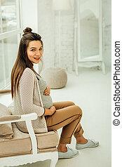 poltrona, mulher sorridente, grávida, sentando