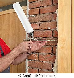 polyurethane, porta madeira, espuma, trabalhador, instalar, usando