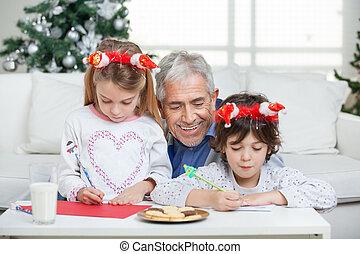 pomagając, beletrystyka, claus, dzieci, pisanie, święty, podczas, dom, dziadek, boże narodzenie