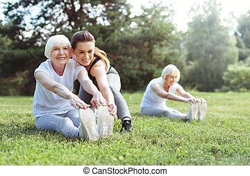 pomagając, kobieta, jej, uszczęśliwiony, młody, klient