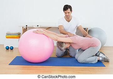 pomagając, kobieta, yoga, piłka, terapeuta, senior, fizyczny