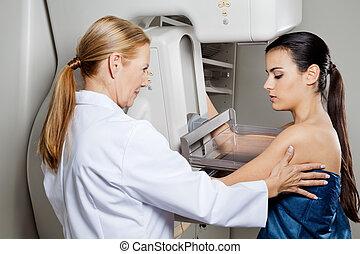 pomagając, mammogram, pacjent, przechodząc, doktor