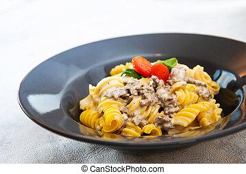 pomidor, ser, radiatori, śmietankowy, parmezański, pasta jucha